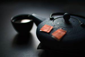 czajnik z zieloną herbatą